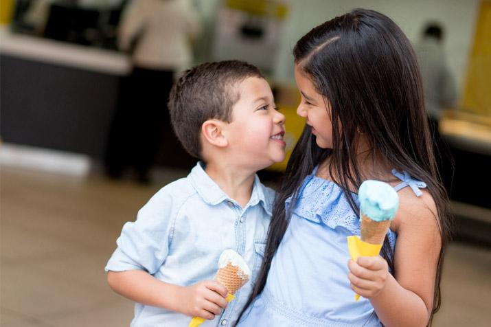 kids enjoying colorful gelatos
